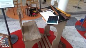"""Læringsfestivallen havde opstillet et lille """"skolemuseum"""" i foyeren. Jeg kunne ikke lade være med at placere min tablet på skrivebænken. Den passer da meget fint ind :-)"""
